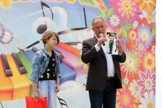 Победительница конкурса - Александра Крылова, I место,br/секретарь ГО КПРФ И. Кириченко демонстрируетbr/ виниловую автонаклейку, вполненную по рисунку Саши