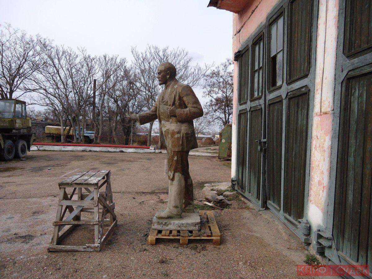 Ведутся работы по восстановлению разрушенного памятника Ленину